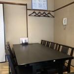五十路 - 写真を撮った方向に4名かけのテーブルあります。個室。