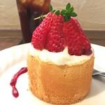ザッカカフェルポ - 料理写真:いちごシフォンケーキ¥480(税込)とアイスコーヒー¥450