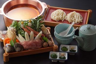 総本家更科堀井 - 「八代鍋」 うどんを台に、季節の野菜、魚介を煮込む更科堀井特製の鍋です。
