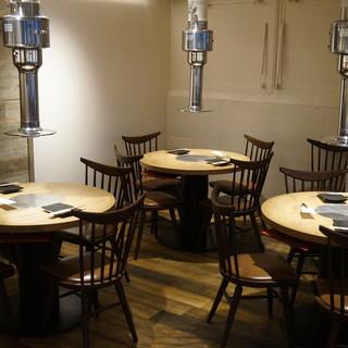 落ち着いた雰囲気の店内は、カウンターからテーブル席までご用意