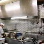 ラーメン寳龍 - オープンキッチンです
