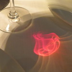 ザ・カワブン・ナゴヤ - テーブルに咲いた薔薇の花。シンプルなワイングラスですが、計算された設計に感心しました
