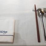 ザ・カワブン・ナゴヤ - シンプルなテーブルセット。箸があるので、洋食に不慣れな方でも心配不要