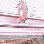 La Mere Poulard Boutique - 看板のプラールおばさん。1000年の歴史。