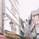 La Mere Poulard Boutique - 参道の様子。中世ヨーロッパの街並み。