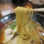 金澤濃厚豚骨ラーメン 神仙 - 麺は極細ストレート。