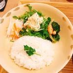 ノムカフェ - ベトナムチキンカレー ライス&副菜 アップ