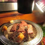 85185202 - 焼肉はカウンターに置かれた七輪で焼き上げます、丸腸は脂が出て燃えやすいんで七輪の隅っこで焼きました。                                              七輪の上にはダクトがあるんで煙や臭いは気にせずに焼肉を楽しめましたよ。