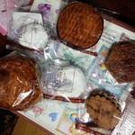 PÂTISSERIE DOUNEL - 持ち帰りした焼き菓子。ドイツ系のモノが多いみたい。