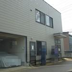 トラガス - 暖簾も看板もナシ。建物の向かって右が入口、左が出口デス