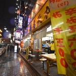 博多天神 - ▪︎繁華駅近一等立地の黄色い看板が目印。