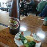 天友 - 料理写真:ビール。お通しは漬物。レトロな店内で昭和へタイムスリップ( ´∀`)