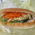 緑町のパン屋さん クラウン - 蒸し鶏とキャロットラペ