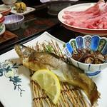 和風宿 岡部荘 - 岩魚(手前)としゃぶしゃぶ(奥)