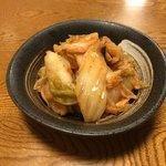 鳥げん - 料理写真:キムチ。400円 辛すぎないからキムチもビールもススム。