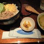 ちょぼいち鶏鶏もだん - そぼろ丼、味噌汁、漬物つきで500円