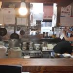 吉田商店 - 厨房内は慌ただしいですね。ご苦労様です。
