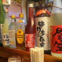 旬魚菜 かおる屋-カウンターに並んでいる酒瓶