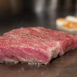 胡楽人 - 良質な脂をまとった伊賀肉は高温の鉄板の上でも静かに焼きあがります。