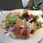 85242159 - 生ハムメロン、白身の魚のカルパッチョ、野菜の天ぷら、かぼちゃ、さつまいも、チーズを揚げたものなど。
