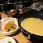 飯と酒いちばん - 大きめの味噌汁の横には筑前煮の小鉢が添えられてました。