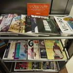 カフェ&ブックス ビブリオテーク - 他にもたくさんの本が美しくディスプレイされてます