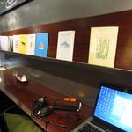 カフェ&ブックス ビブリオテーク - 食事中も手軽に見ることができますがPCはNG