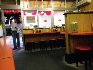 宇都宮みんみん 本店 - 店内は割広くてそれなりに人数が裁けそうです。