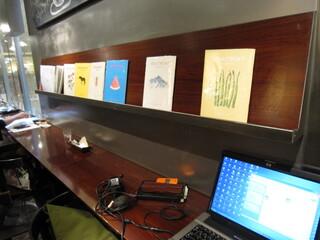 カフェ&ブックス ビブリオテーク 福岡・天神 - 食事中も手軽に見ることができますがPCはNG