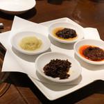豊栄 - 4種の醬(豊栄醬・生姜醬・高菜醬・玉ねぎ醬)ときゅうり、ヤングコーン