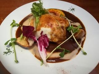 Cafe Restaurant Comodo - モッツァレラチーズがけハンバーグ