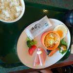 ロイヤルフードコート 国際線店 - 料理写真:◆主人は「和風朝定食(1080円:税込)を。 私の側から撮りましたので写真が見ずらくゴメンナサイm(__)m 「小さな鮭」「目玉焼き」「ブロッコリー&トマト」「ハム」「サラダ」「海苔」等が盛られたプレートと、ご飯、お味噌汁など。