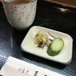 青柳 - お茶とお漬物をいただきながら待ちます(2018.5.4)