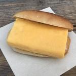 85263742 - 焼かれたコッペパンに甘い玉子焼きをサンド!