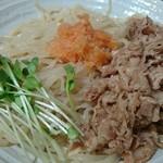 麺処直久 - 麺には豚肉の冷しゃぶ・かいわれ大根・もみじおろしが添えられています