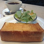 萠茶 - モーニングメニュー ドリンク+厚切りハーフトースト+サラダ 500円