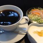 萠茶 - モーニングメニュー ドリンクモーニング ドリンク+ヨーグルト+サラダ 420円