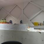 堀内果実園 - ホワイトとライトグレーでまとめたモダンなジュースバー風の店2