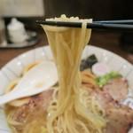 麺恋処 き楽 - 自家製麺はツルツルとした太麺ストレート。