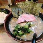 三代目 麺家 あくた川 - 料理写真:ラーメン(並)とライス