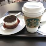 スターバックス・コーヒー - チョコレートレイヤーケーキとドリップコーヒー