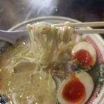 ストライク軒 - 麺は中太ストレート