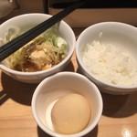 85290584 - 冷たい煮込み豆腐・150円、割り飯・80円、うどん屋の味玉・100円