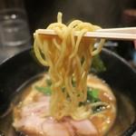 麺屋 大和田 - 麺は平打ちで短め。