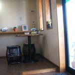 喫茶たんろん - 小さなお店です。6人掛けのテーブル1つと2人掛けの小さなテーブル