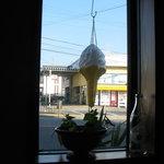 喫茶たんろん - 窓からテルテルぼうずみたいな小さなソフトが見えます。