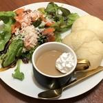 MGカフェ - サーモンとチーズのサラダプレート