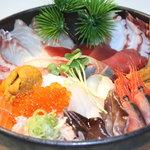 よって家 - ザ☆エクストリーム丼!かなりのボリュームある海鮮丼です。お二人で分けあってどうぞ!