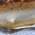 近江屋洋菓子店 - チーズケーキ。スポンジとレアチーズケーキの層