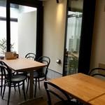 チロル食堂 - テーブル席もあります!